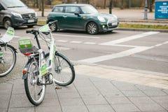 柏林,德国2018年2月15日:租用一辆自行车在城市附近移动 一个环境友好和普遍的手段  免版税图库摄影