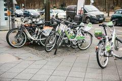 柏林,德国2018年2月15日:租用一辆自行车在城市附近移动 一个环境友好和普遍的手段  库存照片