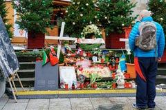 柏林,德国- 2017年12月11日:蜡烛和花和标志与德国词Warum,用英语为什么,在圣诞节市场上 库存照片