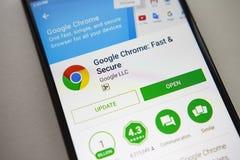 柏林,德国- 2017年11月19日:谷歌在屏幕现代智能手机的镀铬物应用在戏剧商店 谷歌apps 免版税库存图片