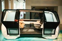 柏林,德国2018年2月15日:车展大众集团论坛 无人驾驶的汽车的一新理念从大众的 的treadled 库存照片