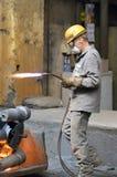 柏林,德国- 2013年4月18日:金属组分在铸造厂-工作者的生产 库存图片