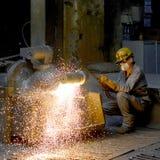 柏林,德国- 2013年4月18日:金属组分在铸造厂-工作者的生产 免版税库存照片