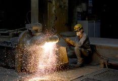 柏林,德国- 2013年4月18日:金属组分在铸造厂-工作者的生产 免版税库存图片