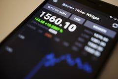 柏林,德国- 2017年12月5日:BITCOIN现金隐藏货币的交换率在Bitcoin断续装置装饰物应用的 库存照片