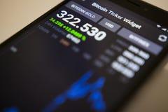 柏林,德国- 2017年12月5日:BITCOIN金子隐藏货币的交换率在Bitcoin断续装置装饰物应用的 库存图片