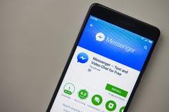 柏林,德国- 2017年11月19日:Facebook在现代智能手机屏幕上的信使应用  免版税库存图片