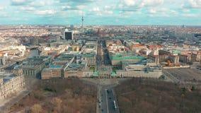 柏林,德国- 2019年3月28日 与城市交通的柏林勃兰登堡门鸟瞰图 股票录像