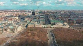 柏林,德国- 2019年3月28日 与城市交通的柏林勃兰登堡门鸟瞰图 股票视频