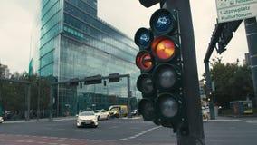 柏林,德国- 2018年10月02日 慢动作在交叉路的一典型的红灯在首都的中心 影视素材