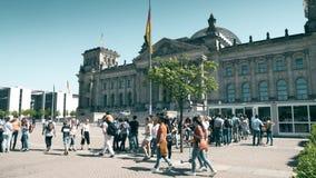 柏林,德国- 2018年4月30日 进入Reichstag或Deutscher联邦议会大厦的线的游人 库存照片