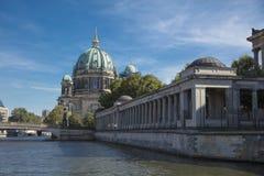 柏林,德国;2018年8月;由河狂欢的柏林大教堂 库存照片