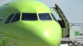 柏林,德国- 2017年5月, 18日 空中客车商业班机乘员组为起飞做准备 免版税库存照片