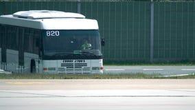 柏林,德国- 2017年5月, 18日 Cobus机场公共汽车驾驶在机场的withfemale司机 库存照片