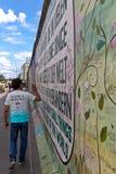 柏林,德国- 2015年7月:7月看的柏林围墙街道画2日 库存照片
