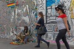 柏林,德国- 2015年7月:7月看的柏林围墙街道画2日 库存图片
