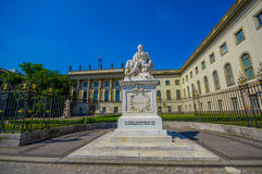 柏林,德国- 2015年6月06日:亚历山大・冯・洪堡雕象在洪堡大学外面在柏林 礼物从 图库摄影