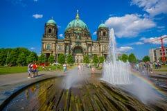 柏林,德国- 2015年6月06日:享用水的人们在柏林大教堂前面的夏天,好的看法 免版税图库摄影