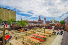 柏林,德国- 2015年6月06日:人们能吃和谈话的公开和美好的广场,在oberbaumbrucke后 免版税库存图片