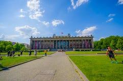 柏林,德国- 2015年6月06日:使用和享用在Altes博物馆,夏天好天儿外面的未认出的人民 图库摄影