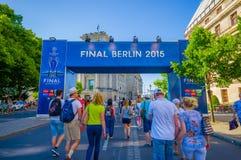 柏林,德国- 2015年6月06日:决赛的蓝色大信号在柏林,冠军同盟的2015年 人走 库存照片