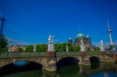柏林,德国- 2015年6月06日:在底部在一个好晴天,在柏林的城堡桥梁的大教堂视图 图库摄影