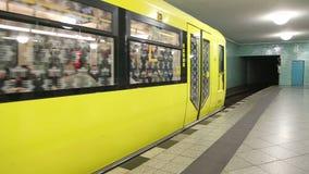 柏林,德国- 2015年1月28日:地下铁路来U-bahn里里外外走的火车驻防和的通勤者 股票视频