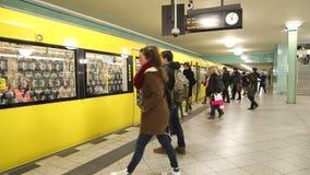 柏林,德国- 2015年1月28日:地下铁路U-bahn进入火车的火车进入驻地的和通勤者 影视素材