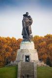 柏林,德国- 2016年10月02日:对举行在手德国孩子的苏联士兵的纪念碑在苏联战争纪念建筑 库存照片