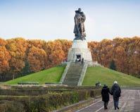 柏林,德国- 2016年10月02日:对举行在手德国孩子的苏联士兵的纪念碑在苏联战争纪念建筑 免版税库存图片
