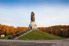 柏林,德国- 2016年10月02日:对举行在手德国孩子的苏联士兵的纪念碑在苏联战争纪念建筑 库存图片