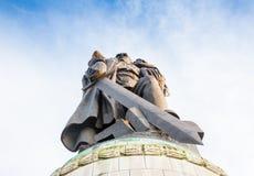 柏林,德国- 2016年10月02日:对举行在手德国孩子的苏联士兵的纪念碑在苏联战争纪念建筑 免版税库存照片