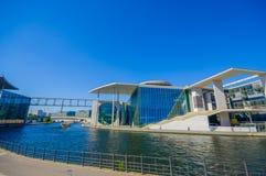 柏林,德国- 2015年6月06日:柏林市、玻璃和蓝色颜色的现代建筑fusioned 议会图书馆 库存照片