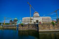柏林,德国- 2015年6月06日:柏林市在柏林博物馆岛底部的宫殿重建Schlossplatz的 库存照片