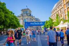 柏林,德国- 2015年6月06日:用advertisings报道的柏林中心冠军同盟决赛,人走 免版税库存照片