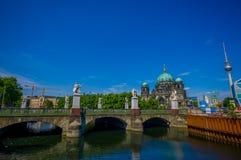 柏林,德国- 2015年6月06日:防御桥梁柏林有大教堂的一个好的看法,好晴天 免版税图库摄影