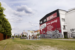 柏林墙的纪念Bernauer Strasse游人 库存照片