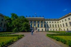 柏林,德国- 2015年6月06日:洪堡大学在柏林,与外面雕象的好的白色建筑学 库存照片