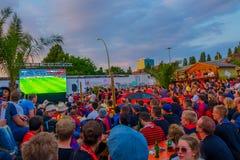 柏林,德国- 2015年6月06日:巴塞罗那队在柏林扇动支持他们的队在体育场外面 决赛 库存照片