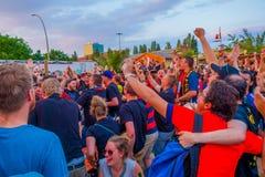 柏林,德国- 2015年6月06日:巴塞罗那队在柏林扇动支持他们的队在体育场外面 决赛 免版税库存图片