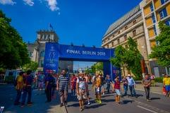柏林,德国- 2015年6月06日:巴塞罗那waitting在庆祝的Brandenburger门,柏林的西班牙的队爱好者是 免版税库存图片
