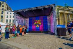 柏林,德国- 2015年6月06日:巴塞罗那waitting在庆祝的Brandenburger门,柏林的西班牙的队爱好者是 免版税库存照片