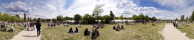 Mauerpark出逃市场星期天全景 库存照片