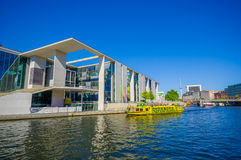 柏林,德国- 2015年6月06日:黄色小船到达到河的现代建筑在柏林,玛里Elisabeth 免版税库存图片