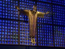 柏林,德国- 2014年1月16日:Kaiser威谦廉纪念教会现代大厦内部  被迫害的耶稣基督,由archi 免版税库存图片
