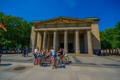 柏林,德国- 2015年6月06日:Neue瓦赫博物馆在柏林,在准备好的未认出的骑自行车者输入之外 免版税库存图片