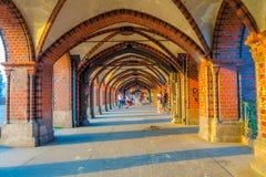 柏林,德国- 2015年6月06日:Oberbaumbrucke在柏林,步行者的美好的空间,太阳输入对此 免版税库存照片
