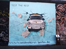 柏林,德国- 9月22 :2014年9月看的柏林围墙街道画22日,柏林,东边画廊 它是在1989年崩溃原始的柏林围墙的一个1.3 km长部分和现在是街道画最大的世界非职业美术画廊 3 km长同水准 库存图片