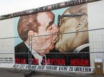 柏林,德国- 9月15 :2014年9月看的柏林围墙街道画15日,柏林,东边画廊 它` s 1 3 免版税库存照片