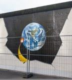 柏林,德国- 9月15 :2014年9月看的柏林围墙街道画15日,柏林,东边画廊 它` s 1 3 免版税库存图片